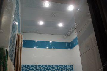 Реечный потолок в ванной комнате цвет Иней голубой со светильниками