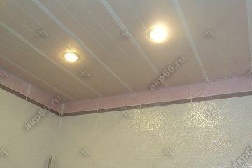 Реечный потолок в ванной комнате цвет мозаика кремовая с белыми вставками