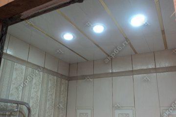 Реечный потолок в ванной комнате цвет белый с золотыми вставками и светильниками