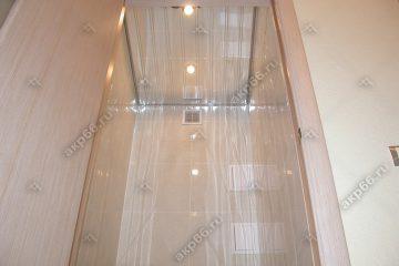Реечный зеркальный потолок в туалете