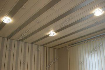 Реечный потолок в комнате белый с серебристом металликом