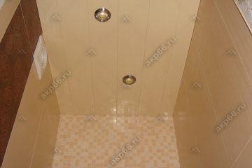 Реечный потолок в ванной комнате желтая рогожка