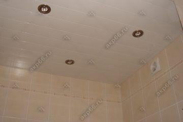 Реечный потолок в ванной комнате цвет белый глянец