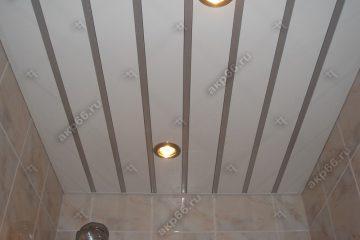 Реечный потолок в туалете белый глянцевый со вставкой серебристый металлик