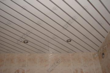 Реечный потолок в ванной комнате белый глянцевый со вставкой серебристый металлик