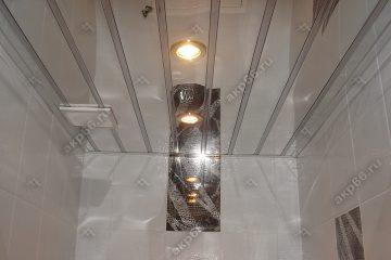 Зеркальный реечный потолок в туалете со вставкой серебристый металлик