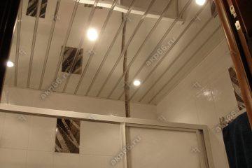 Зеркальный реечный потолок в ванной комнате со вставкой серебристый металлик