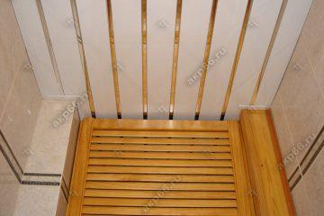 Реечный потолок в гардеробной белого цвета с хромированными вставками