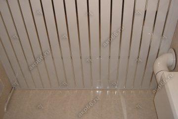 Реечный потолок в котельной, белого цвета с хромированными вставками