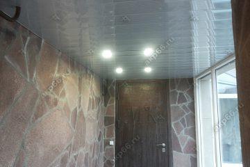 реечные потолки в прихожую с зеркальными полосками