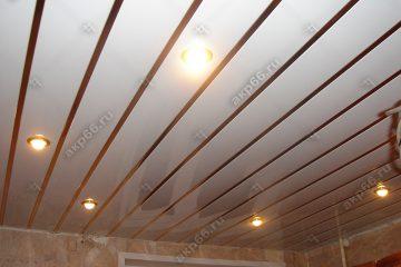 Реечный потолок белого цвета на кухне с золотыми вставками