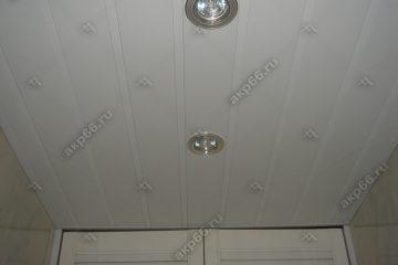 Реечный потолок белого цвета с белыми вставками