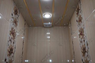 Реечный потолок в туалете цвет бежевый жемчуг с золотистыми вставками