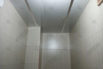 Реечный потолок в туалете цвет полосатый рейка с хромированными вставками