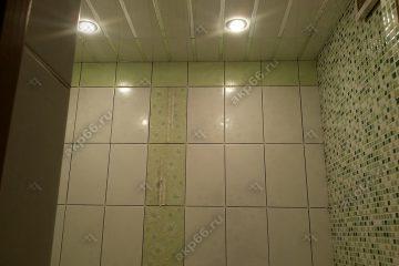 Реечные потолок в ванной комнате, белого цвета с хромированными вставками