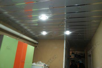 Серебристый реечный потолок с хромированными вставками на кухне