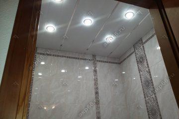 Реечный потолок в ванной комнате цвет мозаика кремовая с зеркальными вставками
