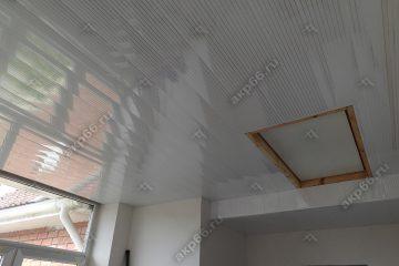 Реечные потолок с зеркальными полосками