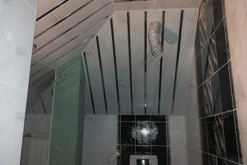 Реечный потолок в ванной комнате с наклоном полосатый рейка с зеркальными вставками