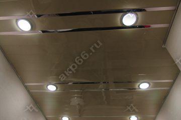 Реечный потолок в душевом комнате цвет золотистый жемчуг с зеркальными вставками