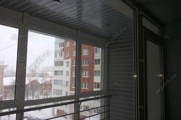 Реечные потолок на балконе цвет серебристый металлик