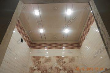 Реечный потолок в ванной комнате цвет бежевый жемчуг с хромированными вставками