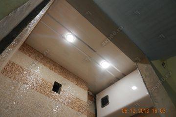 Реечный потолок в туалете цвет бежевый жемчуг с хромированными вставками