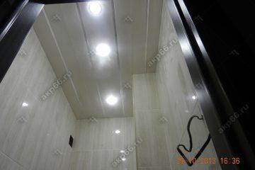 Реечный потолок в туалете цвет белая глянцевая с зеркальными вставками