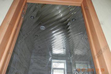 Реечный зеркальный потолок в ванной комнате по диагонали