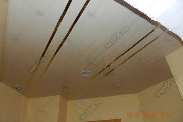 Реечный потолок на кухне цвет белый матовый с золотыми вставками