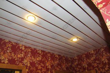 Реечный потолок в коридоре цвет белая глянцевая с золотыми вставками