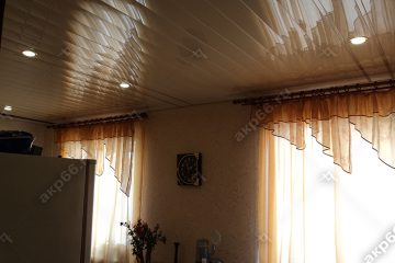 Реечный потолок на кухне цвет бежевый жемчуг со вставками золотой жемчуг