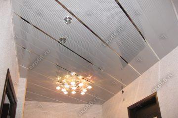 Реечный потолок в прихожей полосатый рейка с зеркальными вставками и люстра в центре