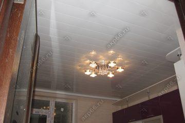 Реечный потолок на кухне цвет белая глянцевая в центре люстра