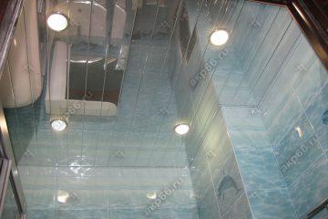 Реечный зеркальный потолок в ванной комнате