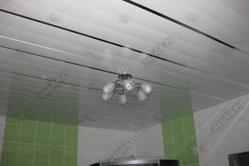 Реечный потолок в ванной комнате полосатый рейка с зеркальными вставками в центре люстра