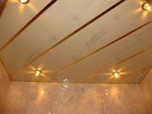Реечный потолок в ванной комнате цвет темная рогожка с золотыми вставками