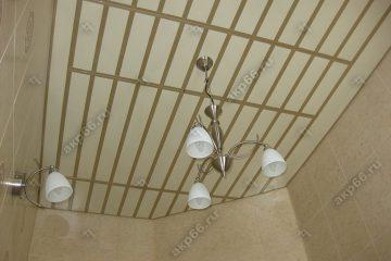 Реечный потолок в ванной комнате темная рогожка со вставками золотистый жемчуг