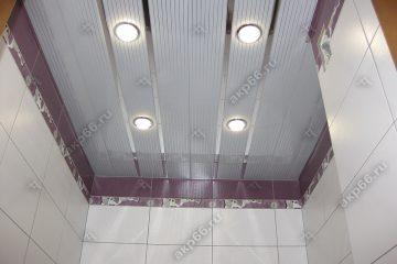 Реечный потолок в туалете полосатый рейка с зеркальными вставками