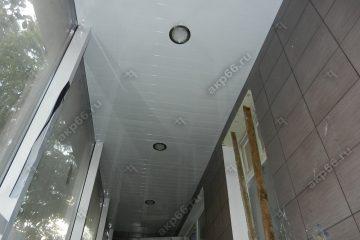 Реечный потолок в прихожей цвет белая глянцевая со светильниками