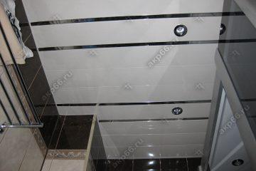 Реечный потолок в туалете цвет нежно-розовый с зеркальными вставками