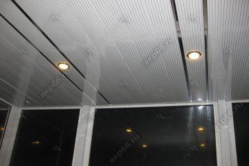 Реечный потолок во входной группе полосатый рейка с зеркальными вставками