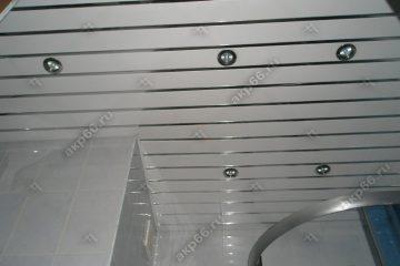 Реечный потолок в ванной комнате белый глянцевый с зеркальными вставками