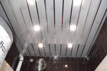 Реечный потолок в котельной полосатый рейка с зеркальными вставками