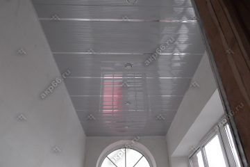 Реечный потолок в прихожей полосатый рейка с зеркальными вставками