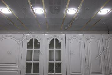 Реечный потолок на кухне цвет белая глянцевая с золотыми вставками