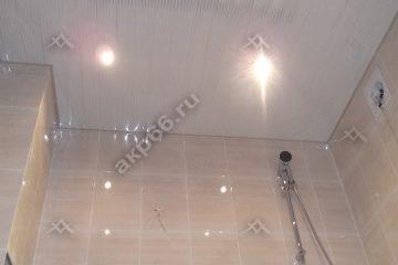 Реечный потолок в ванной комнате полосатый рейка