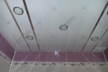 Реечный потолок в ванной комнате полосатый рейка с зеркальными вставками