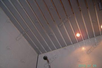 Реечные потолок в ванной комнате цвет серебристый металлик