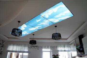 """Потолок белый с фотопечатью """"Небо"""" посередине."""